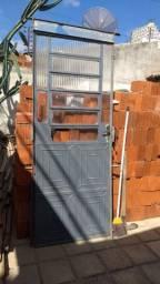 Porta de ferro com guarnições e fechadura