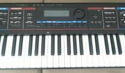 Vendo teclado sintetizador Roland Juno DI novo.