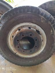 Roda com pneu de caminhão 900x20