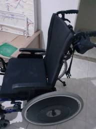Vendo uma cadeira de roda (Reclinável) e um andador.