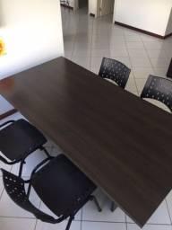 mesa de reuniões com cadeiras