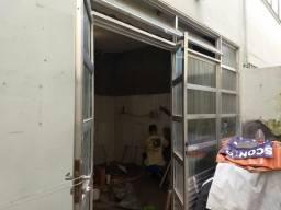Vendo porta de aluminio com janela e bandeiras e parte fixa no meio
