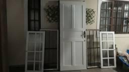 Janelas e portas com fechaduras e dobradiças