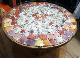 Mesa artesanal de carretel com conchas