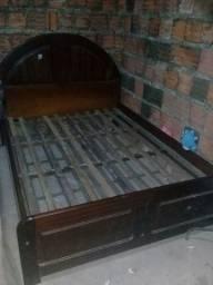 Uma cama de pau darco com colchão