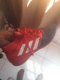 Chuteira Adidas bem conservada, usada 4 vezes