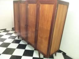 Guarda-roupa antigo em madeira maciça e de qualidade