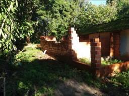 Vende se um terreno com uma uma casa em construção