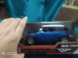 Mini BMW coupê 1:18 azul e branca top linda