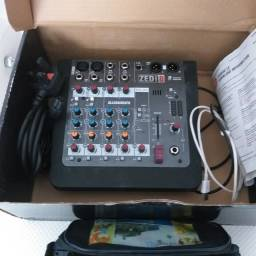 Mesa de som e microfone  de gravação