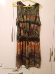 Vestido de seda com detalhe em renda e costas com laço.