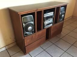 Balcão de madeira e aparelho de som