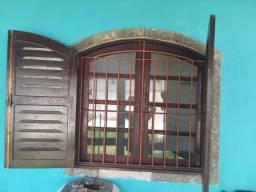 Vendo janela de madeira com grade