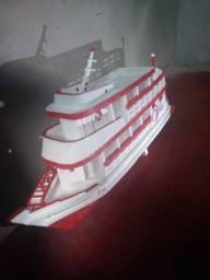 Miniatura de barco regional feito de isopor com 74cm de comprimento