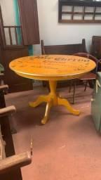 Mesa redonda em madeira cor amarela otima para decoração de churrasqueira