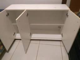 armário de parede branco e base com rodízio
