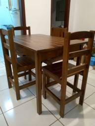 mesa de jantar de madeira retangular com 4 cadeiras