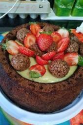 Bolo de chocolate com recheio trufado de chocolate branco com morangos