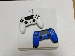 Ps4 branco com 2 controles (azul e branco)