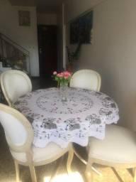 Lindo conjunto mesa e cadeiras