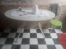 Uma mesa de marmori e uma cadeira