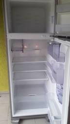 Vendo geladira 700.00