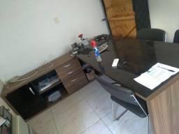 Mesa de escritório em L com 2 cadeiras