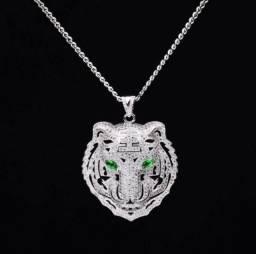Colar com pingente de tigre cravejado (cor prata)