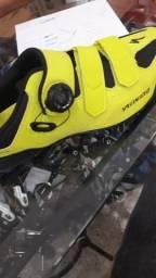 Vendo sapatilha, pedal de clipe e capacete com pisca ou troco