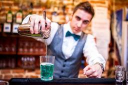 Contrata-se professores de Barman
