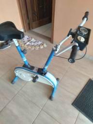Bicicleta e estera de ginastica