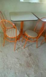 Vendo mesa com 4cadeira