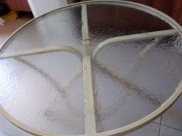 mesa redonda de vidro  com 2 cadeiras na cor marfim