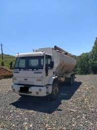 Caminhão Ford Cargo 2422 e reduzido
