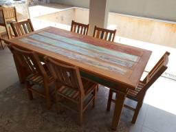 Mesa com 6 cadeiras de madeira de demolição