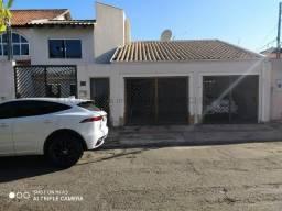 Bela casa no bairro Monte Líbano.