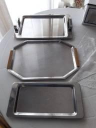 Três bandejas retangulares em inox