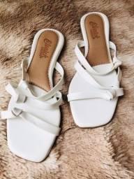 Lote de sandálias tamanhos variados.