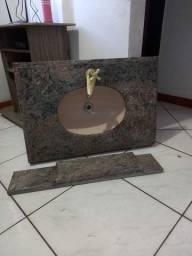 Pia de marmore com torneira dourando