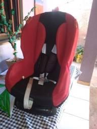 Uma cadeira  infantil para viagem bem concervada