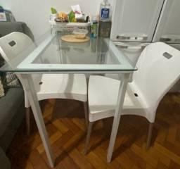 Mesa de vidro e duas cadeiras