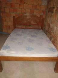 Cama de casal de madeira vai com colchão preço 550 reais