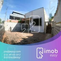 Casa no Adrianópolis, 3 quartos sendo 2 suítes, varanda e vagas de garagem cobertas