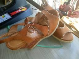 Vendendo sandália de salto