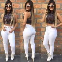 Calça jeans branca empina bumbum