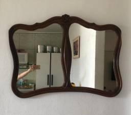 Espelho com moldura antiga rústica.