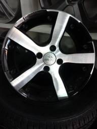 Rodas de liga aro 15 com pneus.