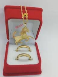 Par alianças tungstenio banhada a ouro + brinde colar feminino