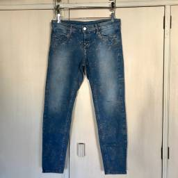 Calça jeans com detalhes dourados