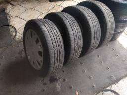 Rodas com calotas e pneus mais q meia vida